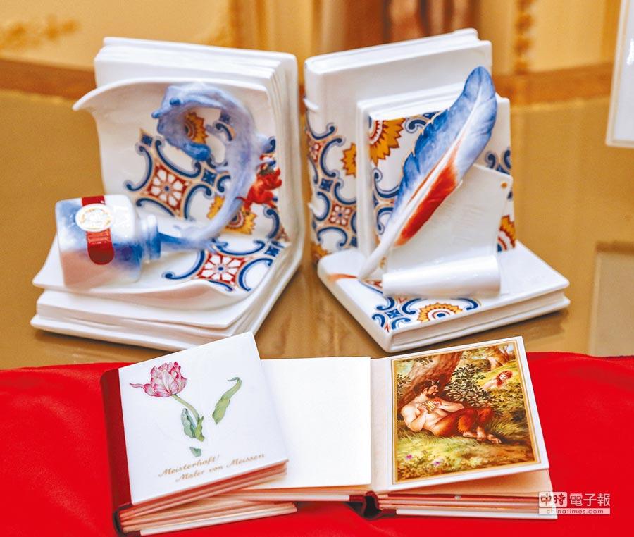 麥森黃金瓷書以鈷藍色交叉雙箭為封面圖案,是麥森瓷工坊超越300年的美好工藝集大成,由5藝術家聯袂創作,擁有一本瓷書,等同收藏5位藝術家的精品,極具收藏價值;藝術家分別是擅長東亞藝術畫風的芭柏.安德斯,專精瑪麗安銅版畫的麥可.安德斯、畫師莉迪亞.許倫克、動物畫家戴勒夫.瑞特和畫家安德斯.賀騰。(盧禕祺攝)