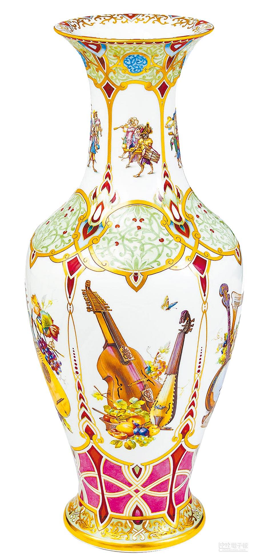 「麥森古典樂曲花瓶」以大鼓、笛子、豎琴、各色提琴等羅列在花瓶的正中心位置,就像一個小型樂隊正要展開一場音樂盛會。(盧禕祺攝)