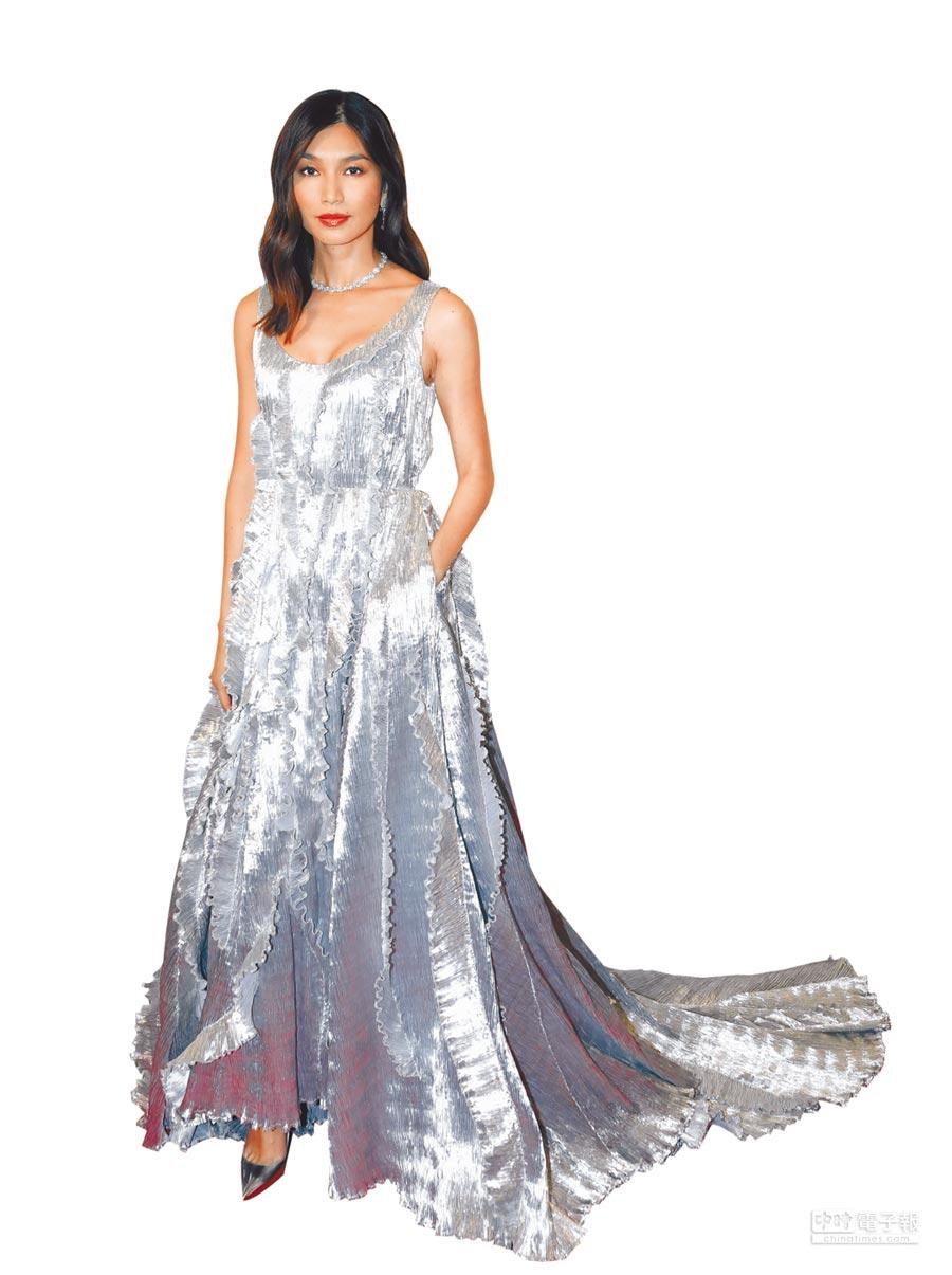 在《瘋狂亞洲富豪》飾演美麗女強人的陳靜,佩戴海瑞溫斯頓珠寶出席晚宴。(Harry Winston提供)