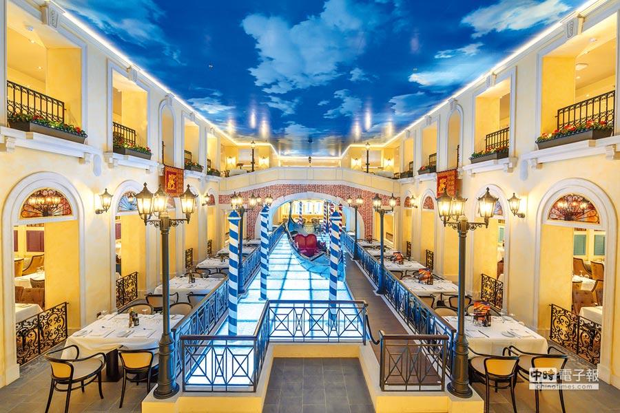 大運河餐廳挑高,重現貢多拉船和嘆息橋,和天幕上的藍天相輝映。(歌詩達郵輪提供)