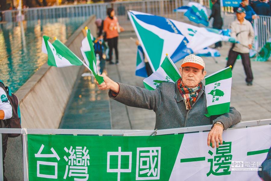 2018年12月19日,雙城論壇在台北登場,獨派團體設置旗幟「台灣中國一邊一國」標語聚集在場外抗議。(本報系資料照片)