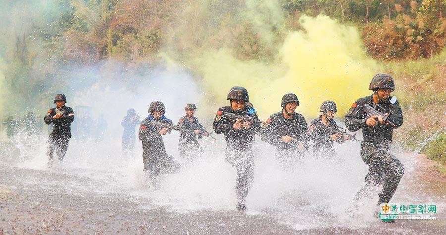 大陸特戰隊員在雲南峽谷進行涉水追擊演練。(取自中國軍網)