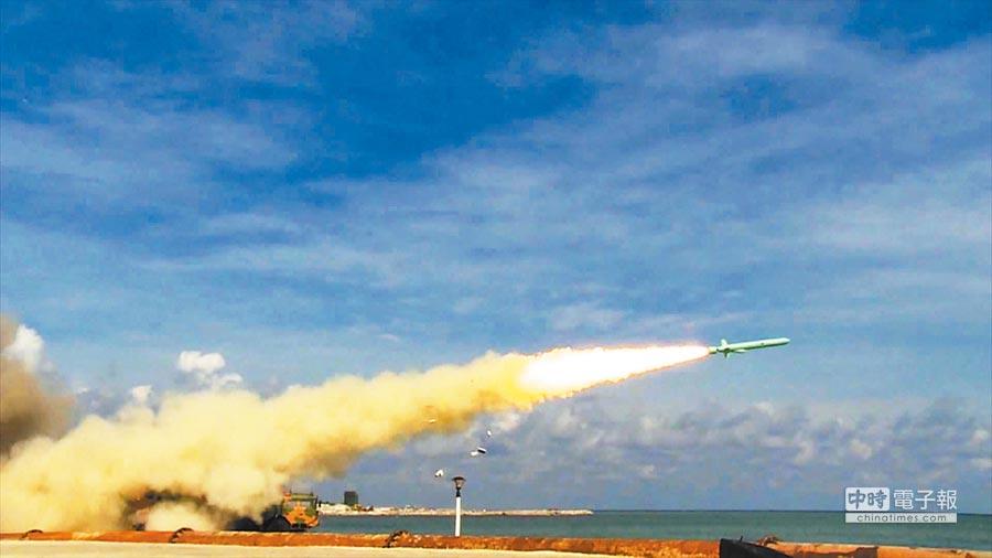 大陸南部戰區在海南島至西沙附近海空域舉行實兵實彈對抗演練。(中新社資料照片)