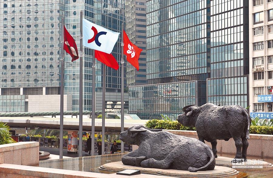港股牛市仍在路上。圖為港交所前旗幟飄揚。(中新社資料照片)