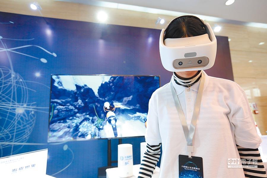 5月1日,參觀者在濟南市體驗5G網路傳輸的VR眼鏡。(新華社)