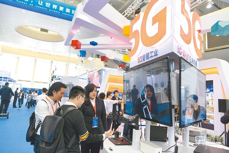 4月19日,5G產業促進大會在福州海峽國際會展中心舉行,參觀者體驗各種5G產品。(中新社)