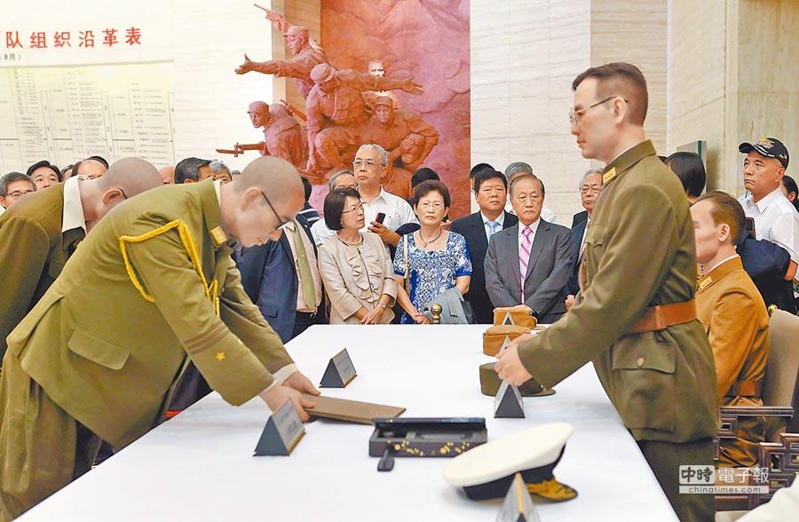 台灣和平統一團體聯合參訪團到訪南京,參觀第二歷史檔案館。(中新社資料照片)