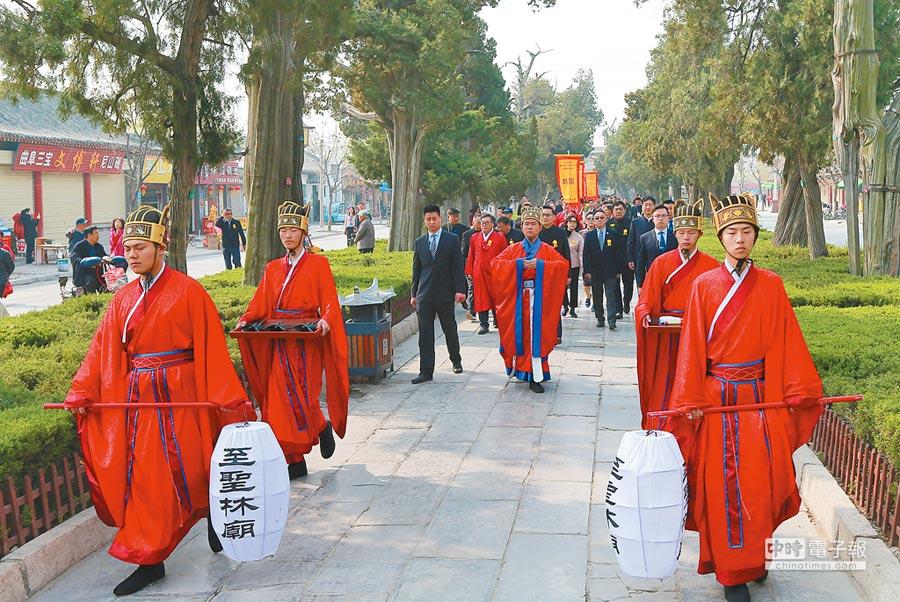 4月5日,海內外孔子後裔在山東曲阜舉行清明孔子家祭。(新華社)
