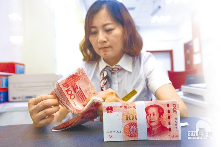 A股行業薪酬,金融業獨霸榜首,圖為山西太原一銀行工作人員正在清點貨幣。(中新社資料照片)