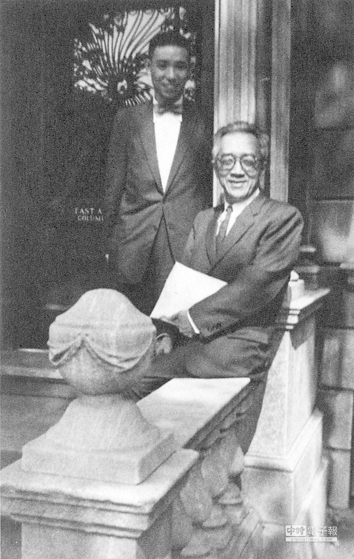1958年,唐德剛與胡適合影於哥倫比亞大學東亞所。(遠流出版提供)