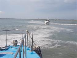遊艇擱淺 布袋海巡拋繩筒帶纜成功救援