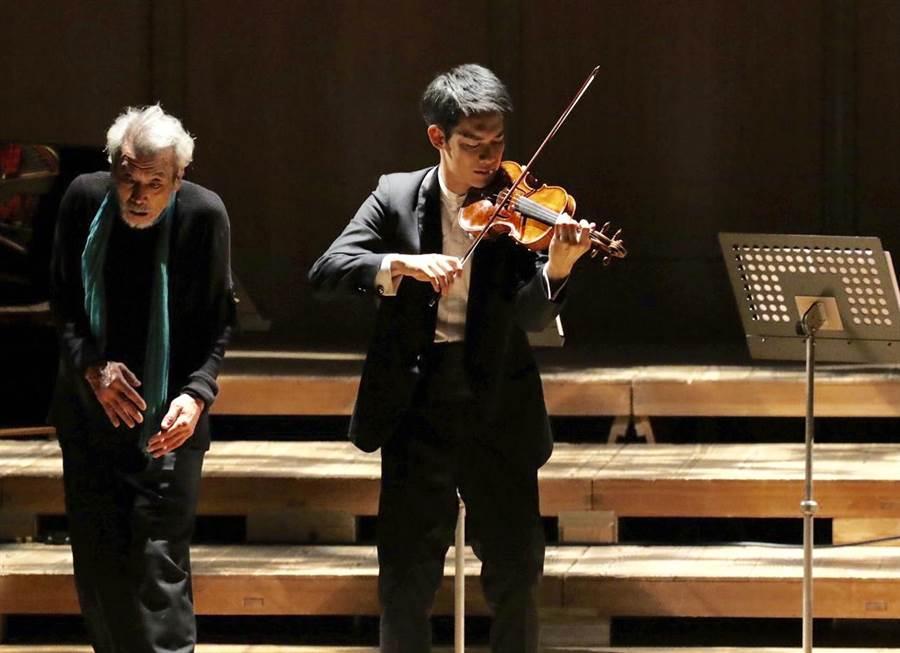 台灣小提琴家林品任(右)與日現代舞大師田中泯首度跨界同台。(金澤風與綠的樂城音樂祭提供)
