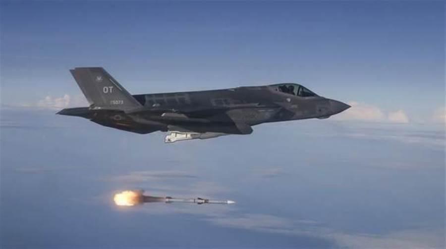 一架美國空軍F-35A戰機2018年6月12日在墨西哥灣(Gulf of Mexico)靶場進行實彈測試的畫面。(美國空軍)