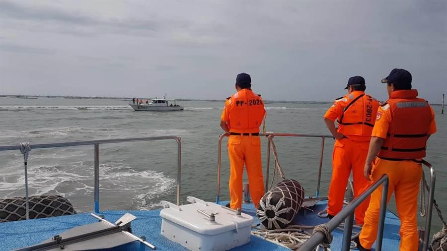 遊艇在出海口擱淺,布袋海巡拋繩筒帶纜成功救援。(布袋海巡提供)