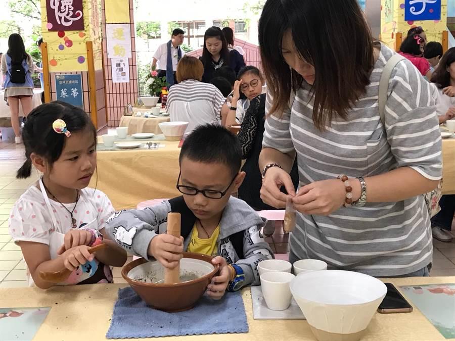 新北市教育局上午在鶯歌建國國小舉辦「新北家庭日慶祝活動」,許多親子也趁此機會共進由自己親手製做的早餐。(陳俊雄攝)