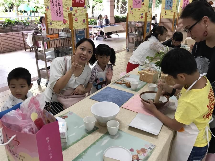 許多家長也趁星期假日陪著小朋友一起共享自己製作的早餐。(陳俊雄攝)