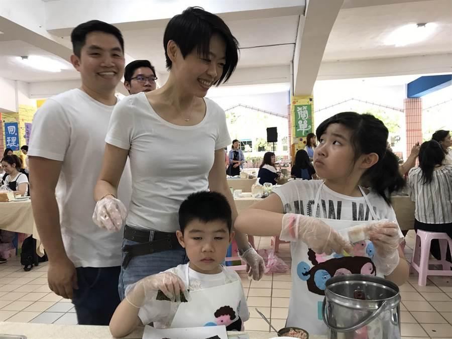 小朋友和家長做早餐時互動逗趣。(陳俊雄攝)