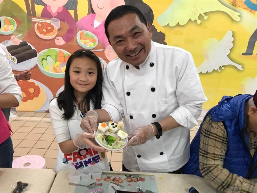 新北市長侯友宜和小朋友展示剛做好的飯糰。(陳俊雄攝)