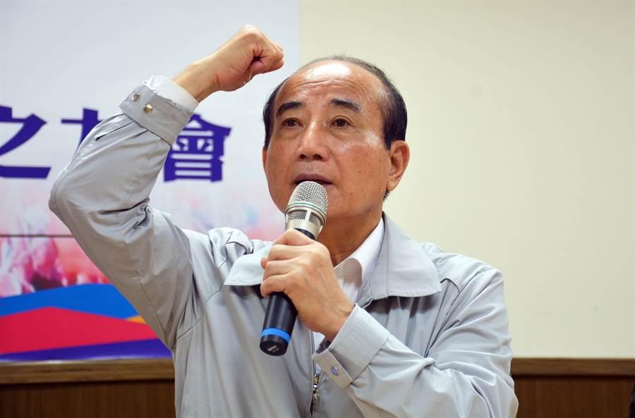前立法院長王金平呼應韓國瑜自貿區概念,並敲著腦袋說,一定要開放、再開放,不能被意識型態所限制。(林和生攝)