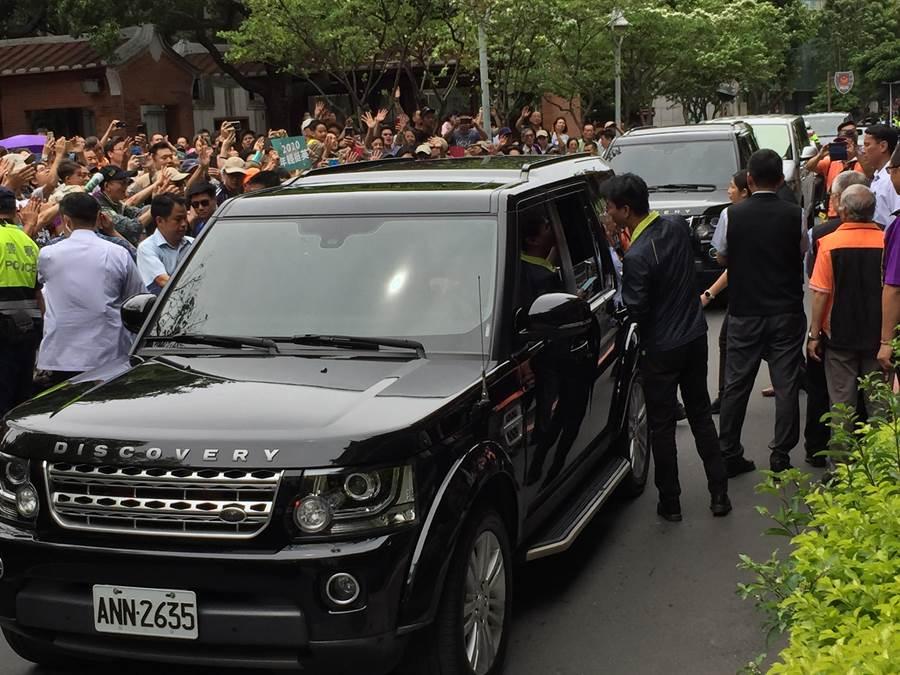 蔡英文总统今上午至板桥江子翠潮和宫参拜,不过庞大护驾车队却撞倒70岁的阿嬷。