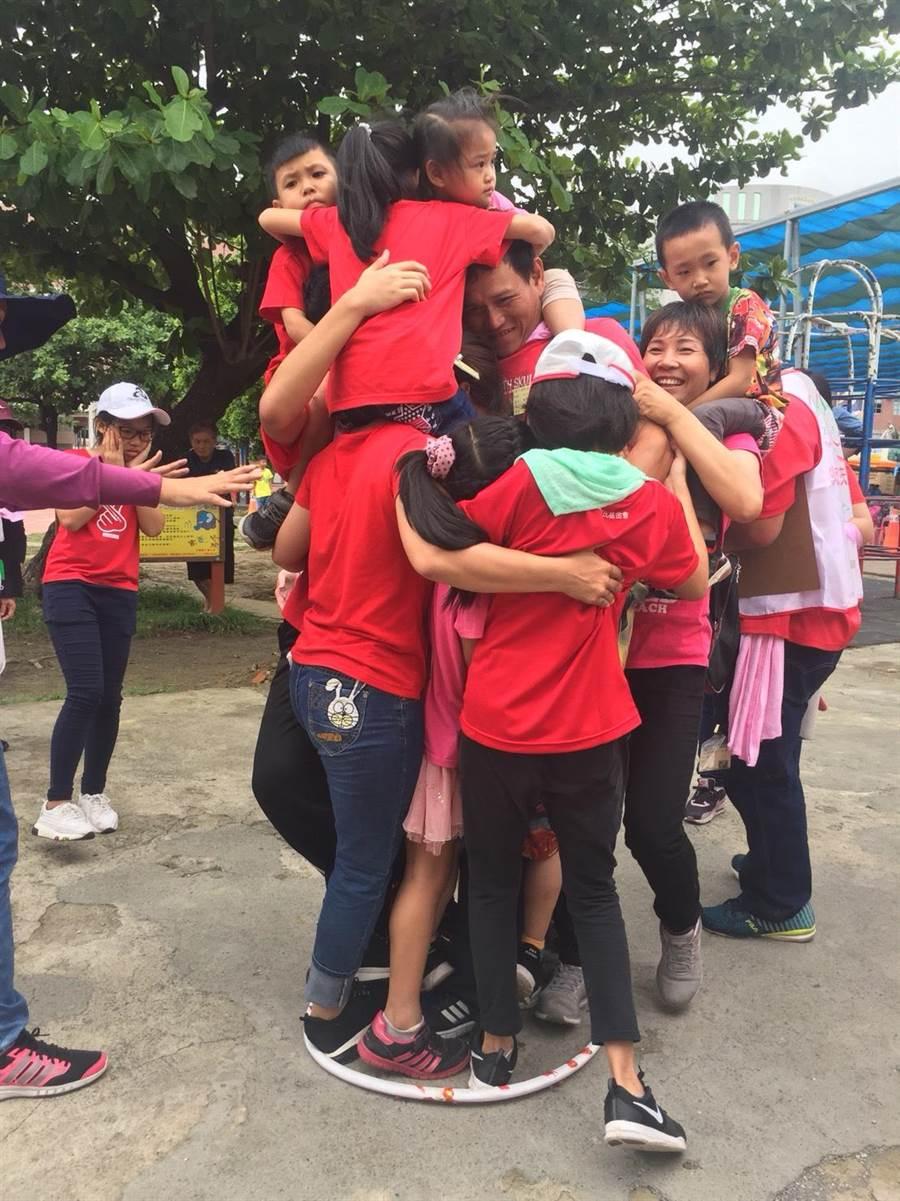 北台南家扶於每年母親節前夕辦理親子運動會,讓親子看到彼此不同的一面,互相加油。(曹婷婷攝)