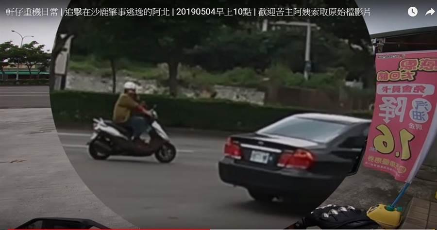 红牌重机骑士的行车纪录器拍到,落跑骑士疑比中指呛声。