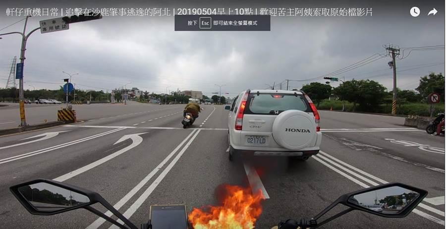 红牌重机骑士的行车纪录器拍到,落跑骑士违规行驶左转车道,还闯红灯高速狂飙。