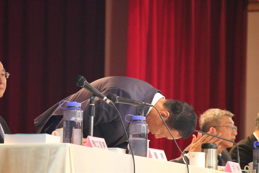 圖為2018年鴻海舉行股東會,董事長郭台銘為去年營收未達標,深深一鞠躬,向股東致歉。(資料照片 鄭淑芳攝)