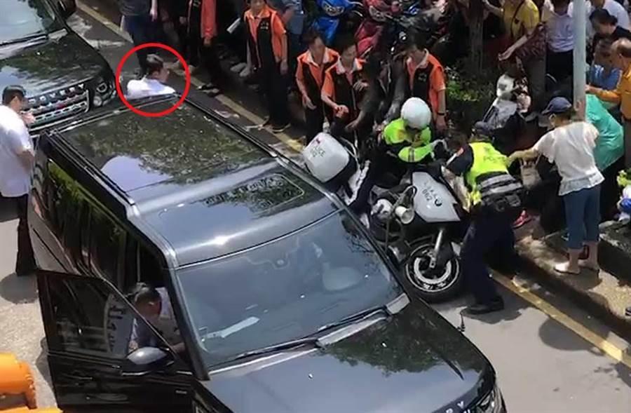 開車門撞到重機的特勤人員(紅圈),雖有回頭看重機,但他的關注焦點仍是後方總統蔡英文。(截自網友提供影片畫面)