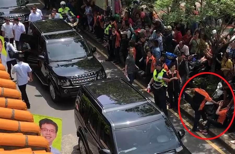 站在一旁的员警,第一时间也没有理会被撞到坐在地上的阿嬷。