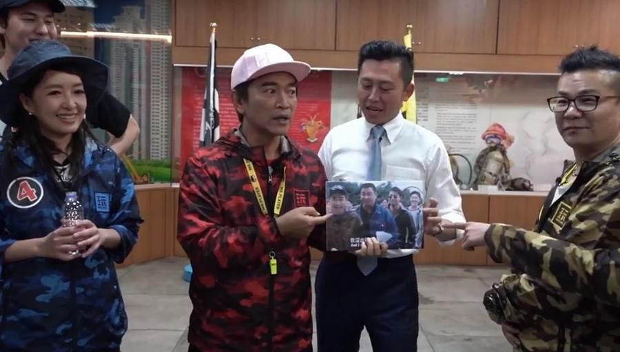 事隔21年,綜藝天王吳宗憲(左二)4日傍晚到新竹市出外景,市長林智堅(左三)特別帶著當年的同框照片前往探班。(陳育賢翻攝)