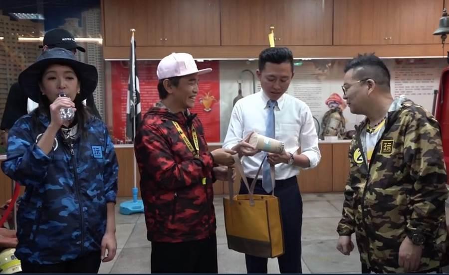 事隔21年,吳宗憲(左二)與新竹市長林智堅(左三)再度同框。(陳育賢翻攝)