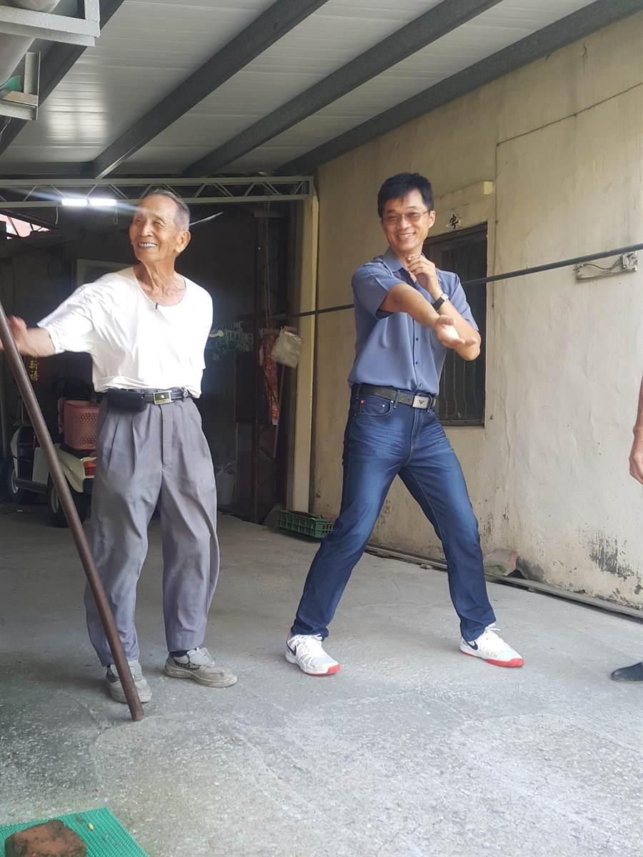 西螺七崁武術文教基金會執行長也是縣議員李明哲(右)曾親近教於李羅村師父(左),李羅村知無不言。(周麗蘭攝)