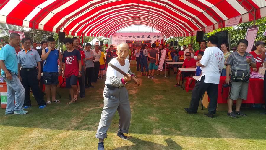 李羅村在2017年的七崁風華西遊記中,率先表演齊眉棍法。(周麗蘭攝)