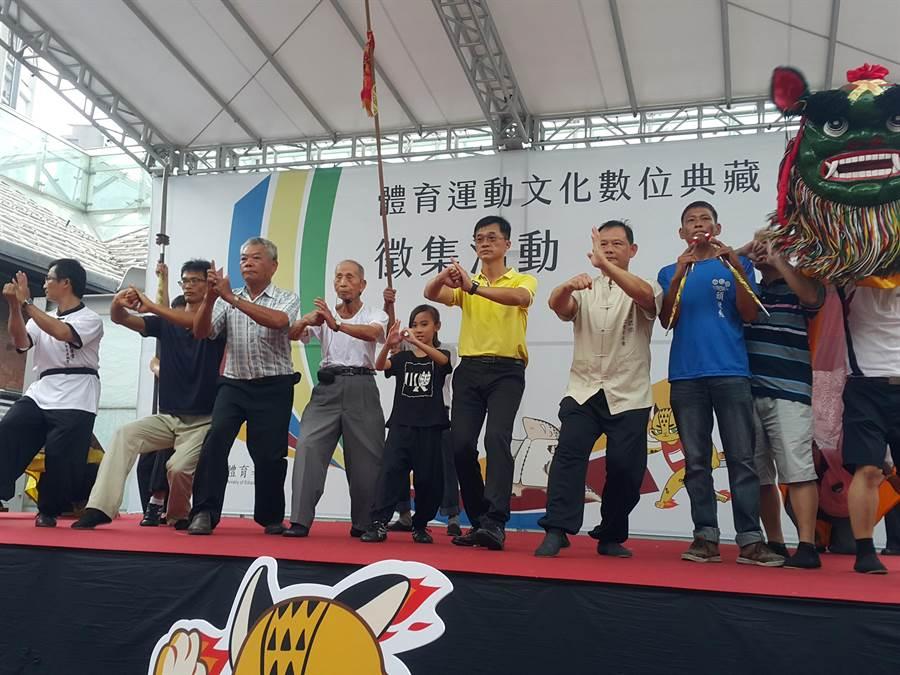 2017年李羅村(左四)曾與西螺七崁武術的師兄弟們北上台北紅樓出席體育署記者會,他也是當天的主角之一。(周麗蘭攝)