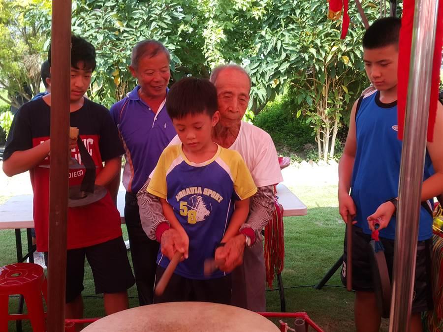 李羅村師父教導小朋友打鼓。(周麗蘭攝)