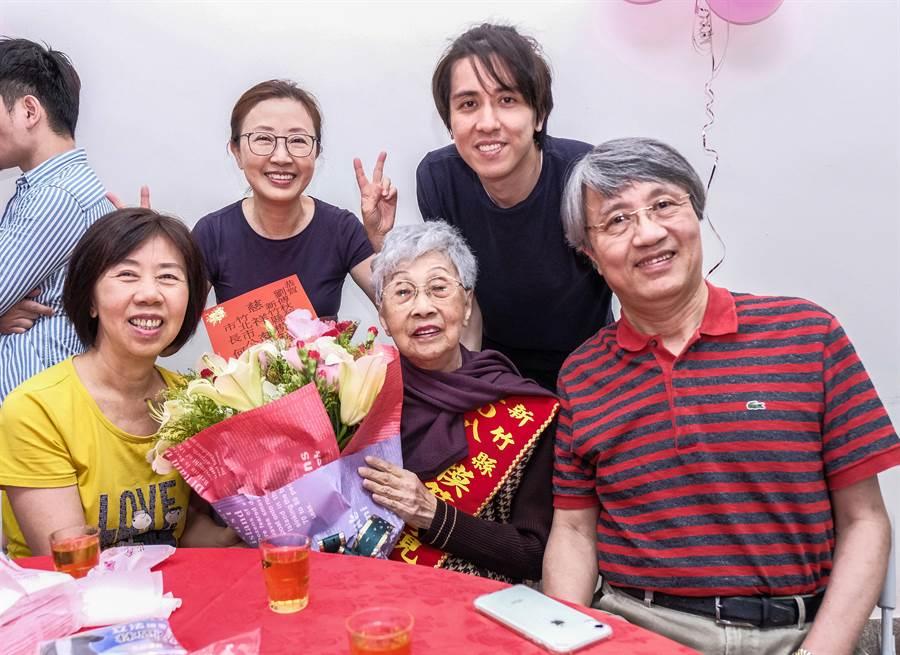 獲選新竹縣模範母親的93歲劉傅秋菊,4名子女都事業有成。(羅浚濱攝)
