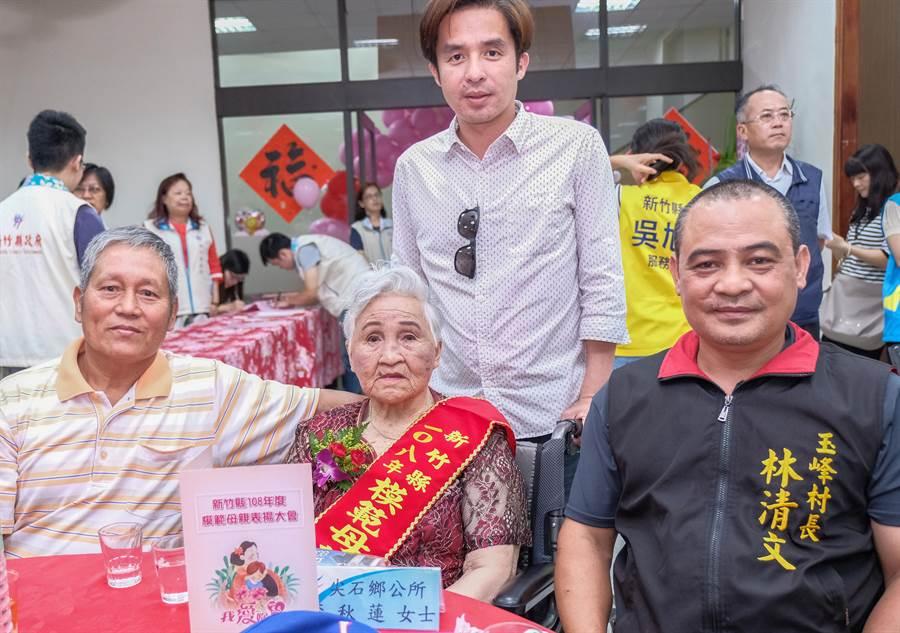 獲選模範母親的90歲李秋蓮,一生都住在偏遠的玉峰村部落。(羅浚濱攝)