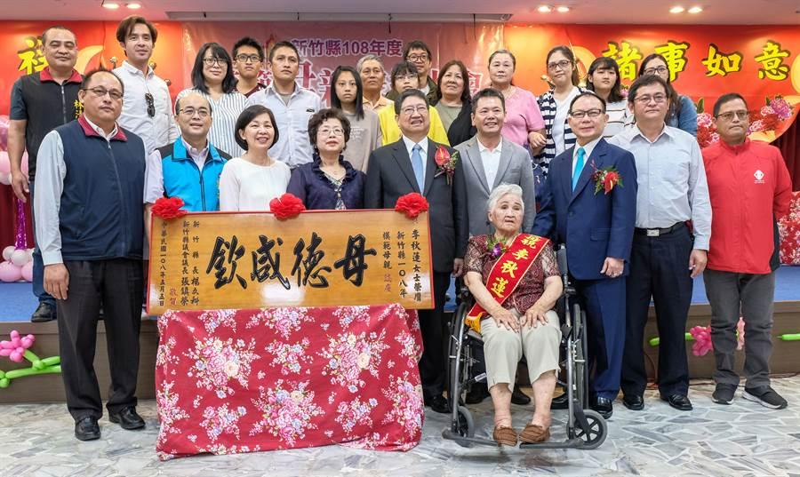 童養媳出身高齡90歲的李秋蓮,青春歲月都奉獻給整個家族,獲選模範母親。(羅浚濱攝)