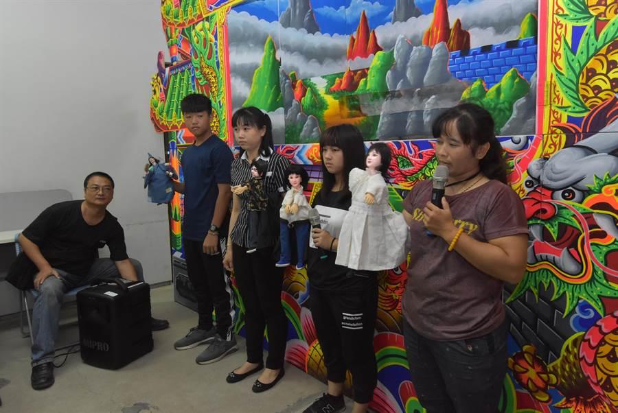 新住民妈妈透过布袋戏台语讲得溜,还和子女成立云林南洋妈妈布袋戏团,演出内容她们嫁来台湾生活趣事和台语经验,特别吸睛。