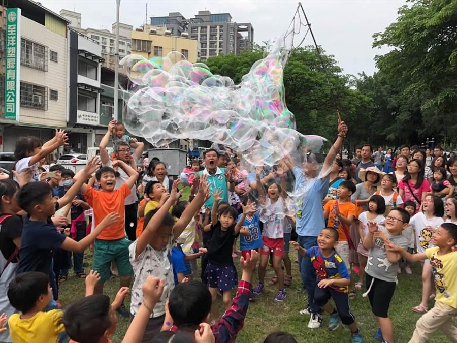 立委黃國書崇倫園道親子泡泡派對,現場驚嘆聲與笑聲不斷。