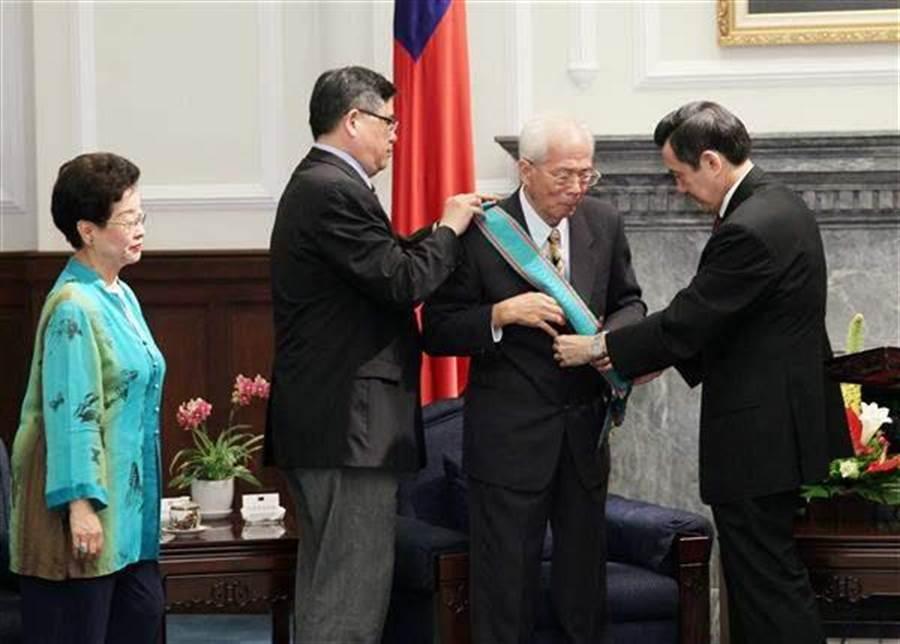 馬英九總統任內曾贈勳給前司法院長施啟揚。(圖:總統府提供)