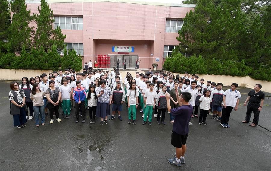 魚池國中全校師生,在5月3日鄉運會的前1天練唱校歌。(沈揮勝攝)