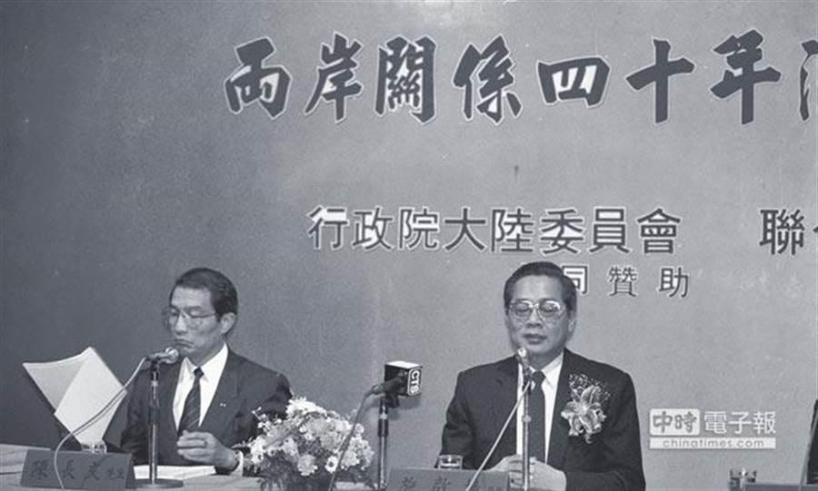 曾任陸委會首任主委施啟揚(右一),今天病逝,同時今天也是他84歲生日。(本報系料照)