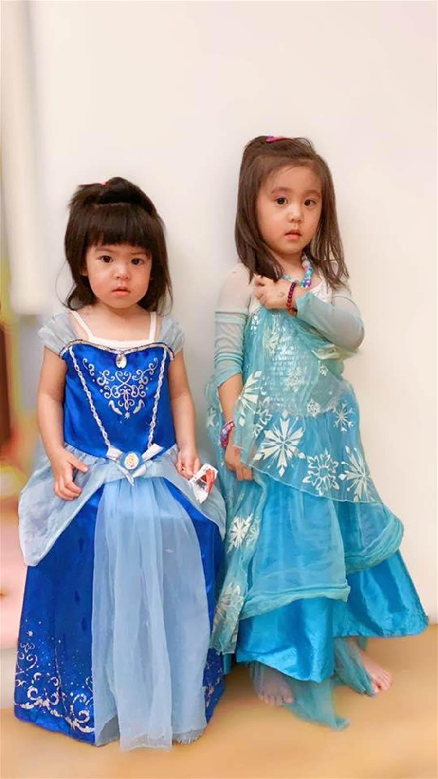 姐妹倆扮公主太入戲,被媽媽罰站。(圖/翻攝自臉書)