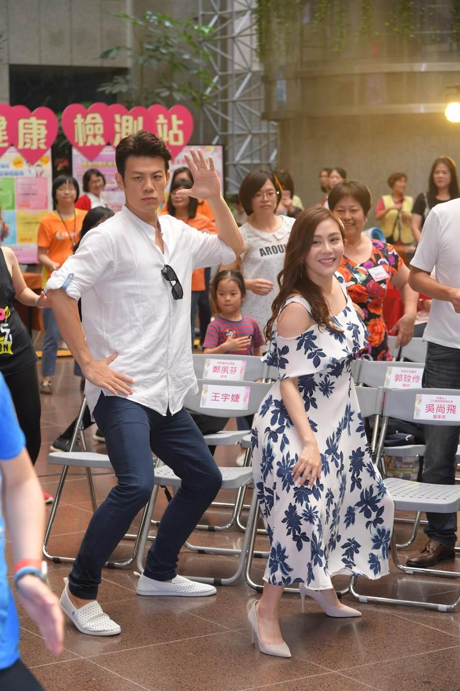 陳志強、王宇婕出席母親節公益活動陪媽媽們跳健康舞。(三立)