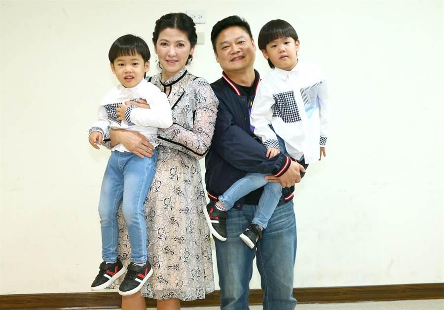 陳明真與老公季忠平抱著一對可愛雙胞胎兒子現身。(粘耿豪攝)