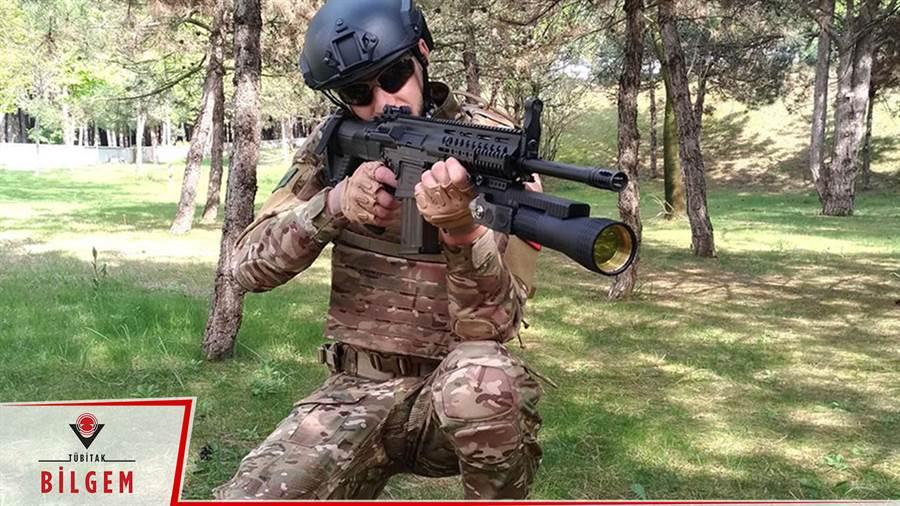 土耳其研發的TÜMOL雷射槍,就是步槍下黃色鏡片的那一支。(圖/harptv)