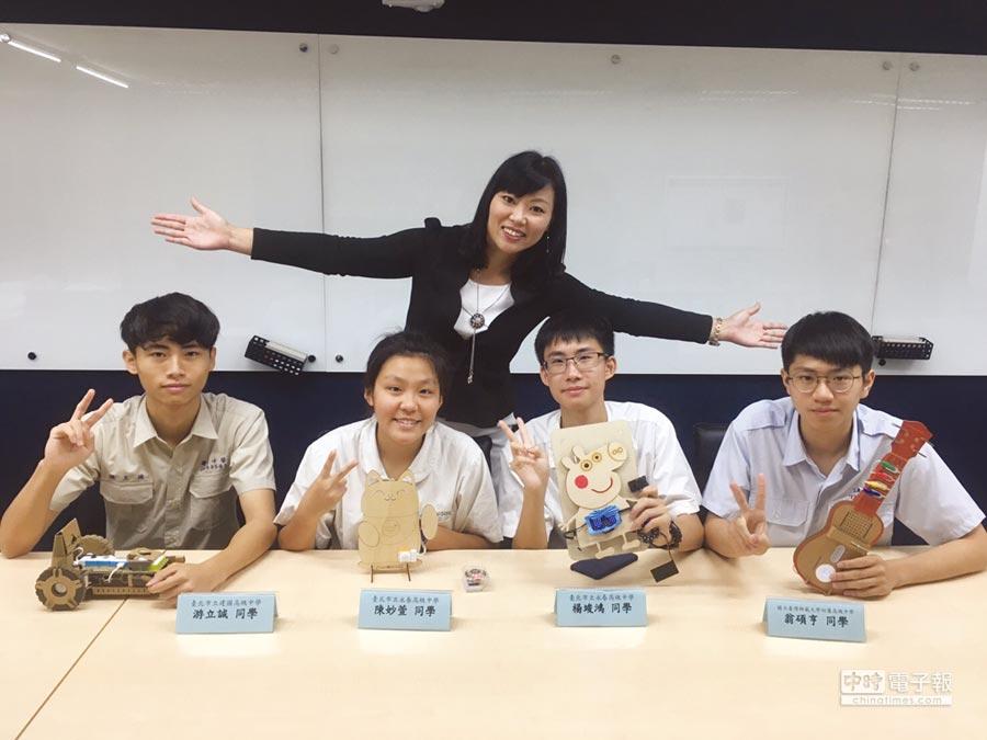 張云棻校長與「臺北市AI 科技學程班」學生合影。   圖/永春高中提供