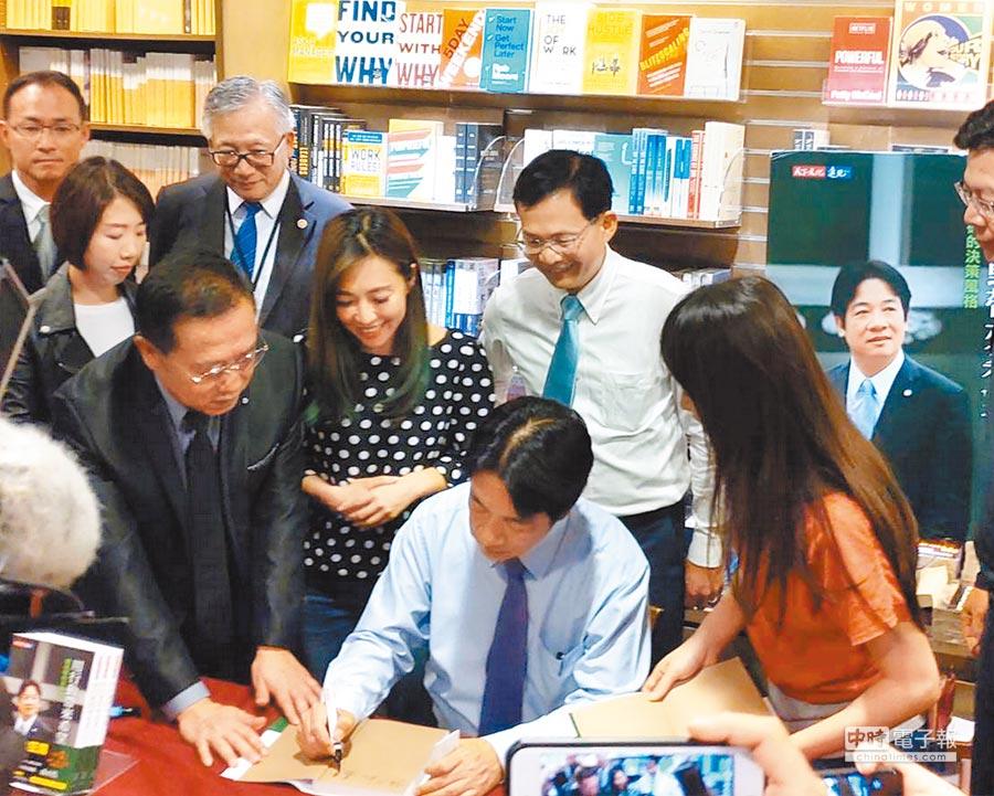 前行政院長賴清德(中)4日在新竹市舉行個人簽書會,黨籍市議員曾資程、李妍慧、施乃如都到場支持。(陳育賢攝)